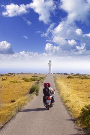 vespa: Pareja Barbaria cabo formentera Faro carretera tur�stica en bicicleta