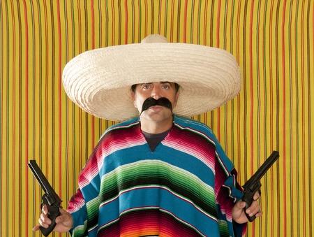 traje mexicano: Serape de poncho de sombrero de bandido mexicano revolver bigote pistolero Foto de archivo