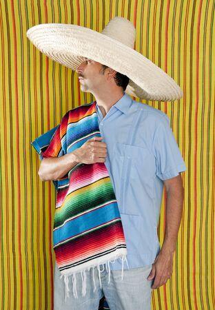 traje mexicano: Fondo de rayas amarillas del sombrero mexicano hombre serape poncho hat Foto de archivo