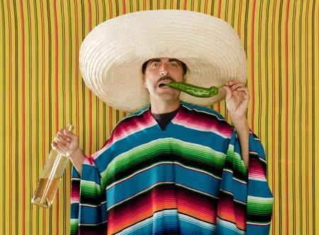 trajes mexicanos: Chili bigote mexicano bebe tequila sombrero hombre t�pico M�xico Foto de archivo