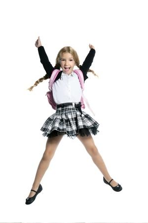 salto largo: larga duraci�n stand up ni�a rubia escuela con salto de altura de bolsa mochila sobre fondo blanco Foto de archivo