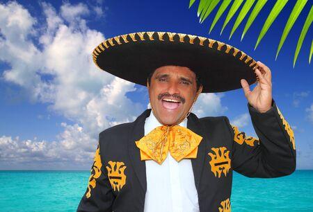traje mexicano: Shout charro mariachi retrato cantando en la playa del Caribe México