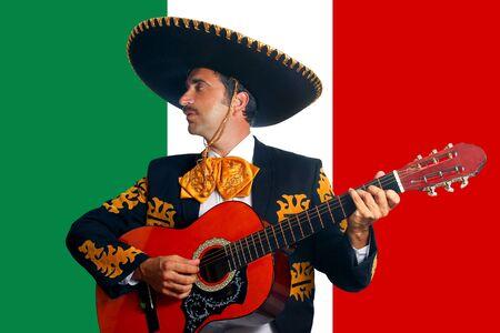 traje mexicano: Charro Mariachi tocando la guitarra en el fondo de la bandera de México