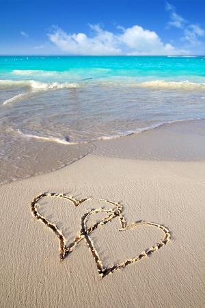 corazones azules: corazones de amor escrita en arena de playa tropical del Caribe