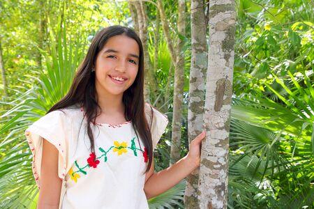 traje mexicano: Mexicana chica latina indio con bordado Maya vestido en la selva de México