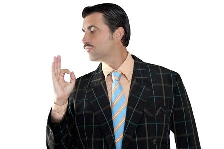 hombre de perfil: la ocupaci�n vendedor de bigote hombre perfil con traje hortera y el gesto bien en la mano Foto de archivo