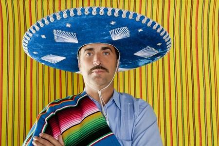 traje mexicano: Retrato de hombre de bigote mexicano con sombrero con serape en hombro Foto de archivo