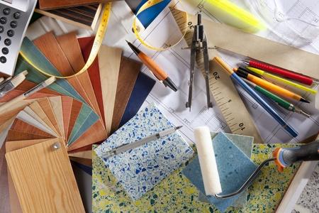designers interior: Architetto o interior designer di scrivania sul posto di lavoro e strumenti di progettazione con un sacco di campioni di materiali da costruzione Archivio Fotografico
