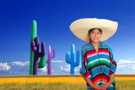 traje mexicano: Chica de poncho mexicano con sombrero grande en fondo de cactus de México
