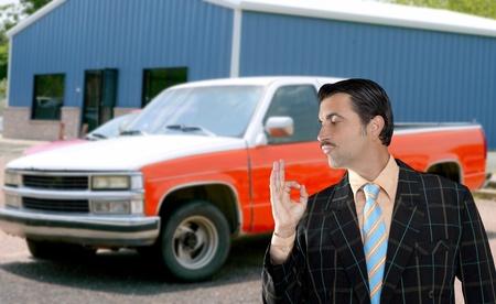 voiture utilisée vendeur vendant vieille voiture comme nouveau vendeur de rubrique typique avec geste ok main Banque d'images