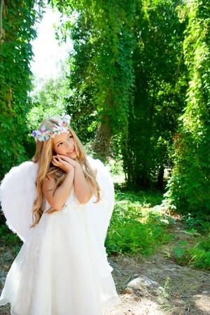 angel hair: Chica de Angel Rubio ni�os durmiendo las manos gesto y moda corona Foto de archivo