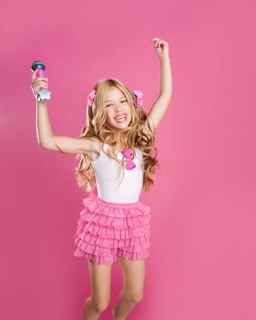 ni�o cantando: los ni�os poco estelar cantante como moda doll con mic salto alto