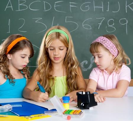 Grupo de niños de las niñas de estudiante en el aula de la escuela como trabajo en equipo de los niños Foto de archivo - 10048843