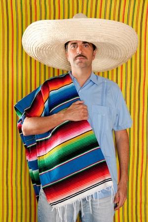 traje mexicano: Retrato de hombre de bigote mexicano con sombrero sosteniendo serape en hombro