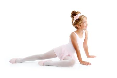 ballet niñas: Bailarina de niños bailarina sentada en blanco