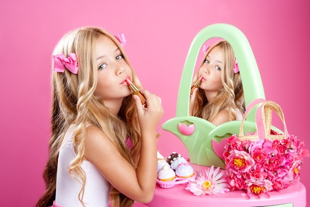 muneca vintage: ni�a de la mu�eca de moda en espejo de vanidad rosa con l�piz labial