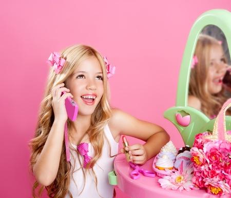 ni�os rubios: chica de mu�eca rubia de moda hablar con tel�fono m�vil en rosa vanidad