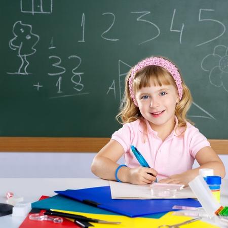 persona escribiendo: chica estudiante de similing feliz en el aula de la escuela