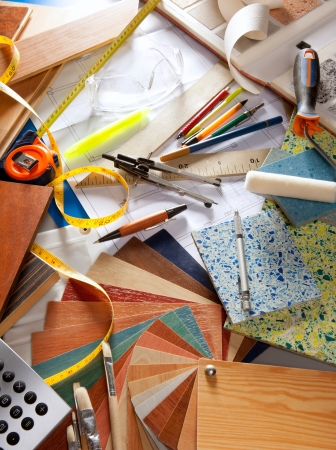 oficina desordenada: Arquitecto o de un escritorio de trabajo de diseño interior y las herramientas de diseño con una gran cantidad de muestras de materiales de construcción Foto de archivo