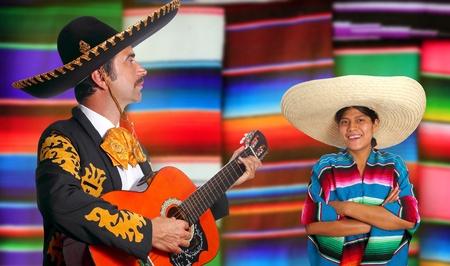 traje mexicano: Mariachi mexicano charro hombre y poncho México chica con serape borrosa fondo