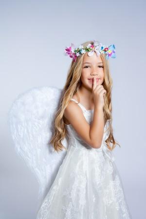 corona navidad: Hijos de Angel niña durmiendo dedo en gesto de boca Foto de archivo
