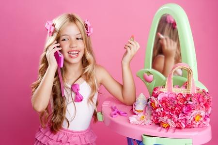 muneca vintage: chica de mu�eca de moda Rubio hablando con tel�fono m�vil en vanidad Rosa