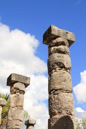 cultura maya: Columnas Maya de Chichen Itzá de México ruinas en filas de Yucatán
