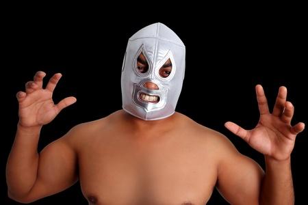 traje mexicano: máscara de lucha libre mexicana de combate de plata con gesto agresivo aislado en negro