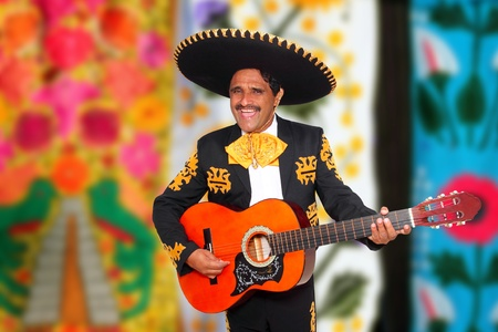 trajes mexicanos: Mariachi Charro a tocar la guitarra con el fondo borroso sarape Foto de archivo
