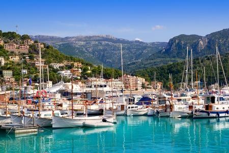 Port de Soller vue avec tramontane montagne dans l'île de Majorque en Espagne Banque d'images
