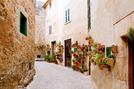 Mallorca Valldemossa typisch dorp met bloempotten in gevels in Spanje