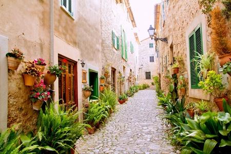 paisaje mediterraneo: Mallorca Valldemosa t�pico pueblo con macetas en fachadas en Espa�a