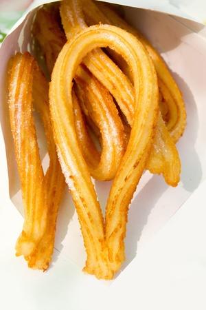 bign�: churros fritti frittelle frittelle di farina di spagnolo a cono di carta Archivio Fotografico