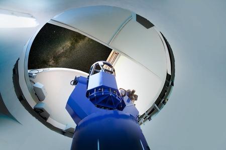 osservatorio astronomico telescopio cielo notturno al coperto
