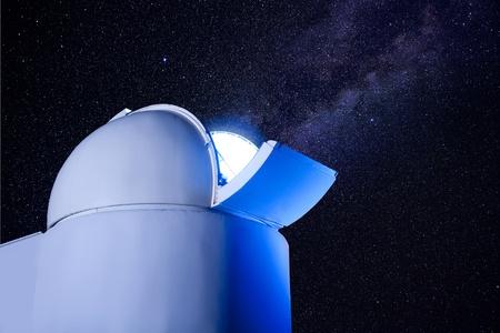 astronomique dôme observatoire dans la nuit avec les étoiles et la lumière rougeoyante Banque d'images