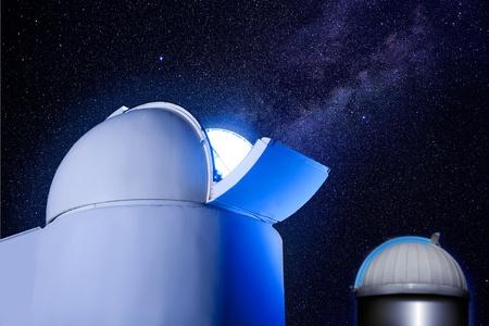 astronomique dôme observatoire de nuit avec les étoiles et la lumière éclatante