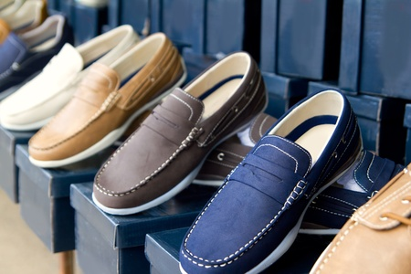 shoe boxes: zapatos de hombre cl�sico de colores en una fila en la tienda al aire libre