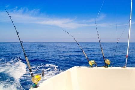 trolling: barco de pesca trolling en mar azul profundo con ca�as y carretes