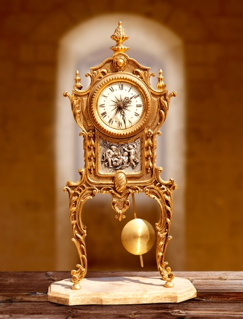 reloj de pendulo: antiguas de bronce de �poca reloj de p�ndulo en el interior de la casa vieja