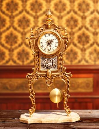 reloj de pendulo: antiguas de bronce de �poca reloj de p�ndulo en el cl�sico de interiores
