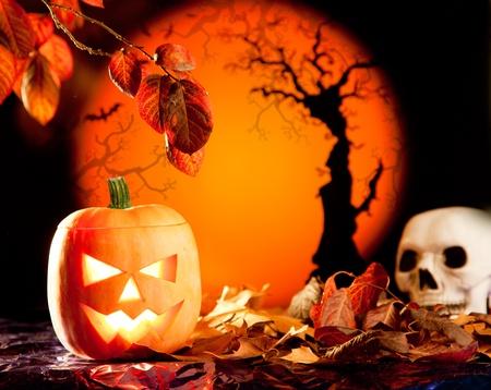 Halloween linterna de calabaza de color naranja con hojas de otoño