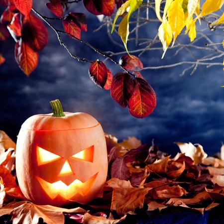 Halloween lanterne citrouille dans l'obscurité du ciel nuages ??clair de lune