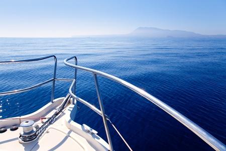 yachten: Bogen boot Segeln in blaue Mittelmeer in Sommerferien Lizenzfreie Bilder