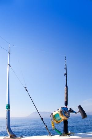 trolling: barco de pesca de arrastre con equipos estabilizadores y la vara de carretes de oro