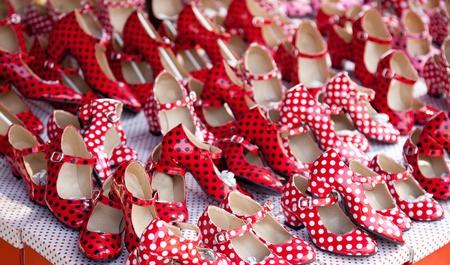 bailando flamenco: gitana zapatos rojos con manchas lunares en el mercado de compras