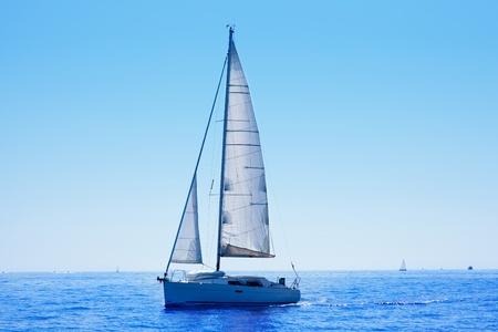 bateau voile: mer bleue voile voilier m�diterran�en avec l'horizon de l'eau