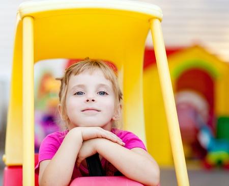 ni�os rubios: chica rubia ni�os descansando conducir coches de juguete al aire libre