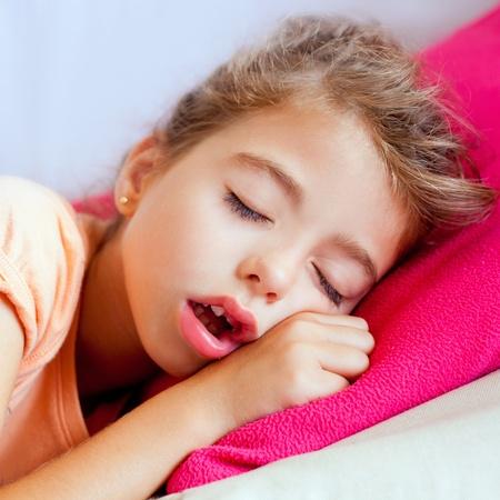boca cerrada: Profunda dormir ni�os chica closeup retrato sobre la almohada Rosa Foto de archivo