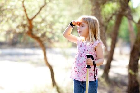 constat: kid fille randonn�e chercher la main dans la t�te dans la for�t en plein air Banque d'images
