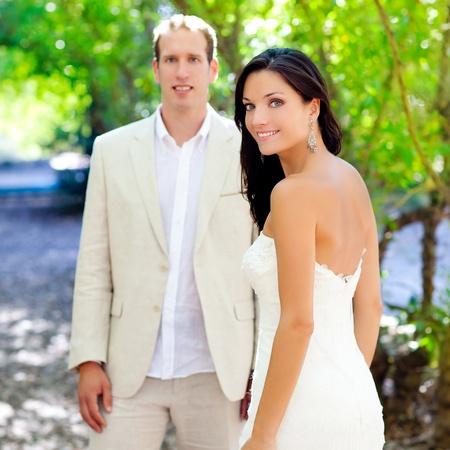 recien casados: la novia recién casada pareja en el amor al aire libre parque verde